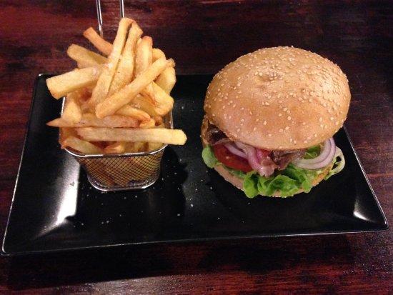 Decazeville, France: Burger Donqui, frites maison