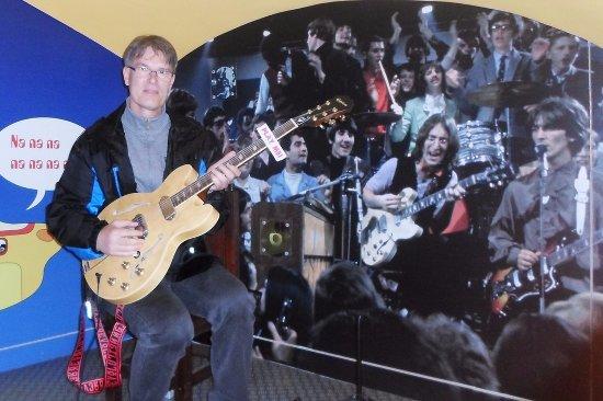 Egri Road Beatles Múzeum: Közös zenélés a Sárga Tengeralattjáróban.