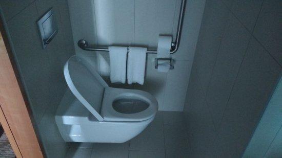 Novotel Auckland Airport: Mr Wafflehead toilet