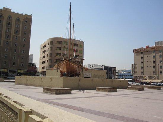 Arabian Courtyard Hotel & Spa: Museet overfor hotellet er bestemt et besøg værd