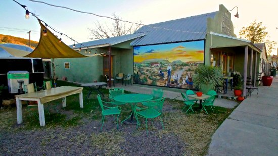 Alpine, Teksas: Family and pet friendly outdoor dining at FishCat Cafe