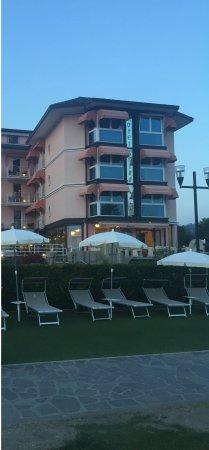 Hotel Kriss Internazionale: Der Blick vom Wasser auf das Hotel