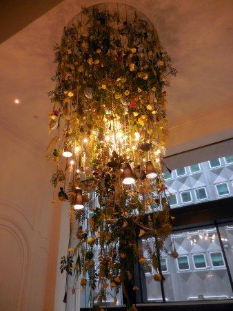 Kimpton Hotel Monaco Pittsburgh: Lobby chandelier