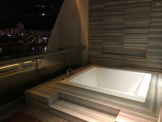 Visun Royal Yacht Hotel: Balcony with Big Bathtub of Bay View Room