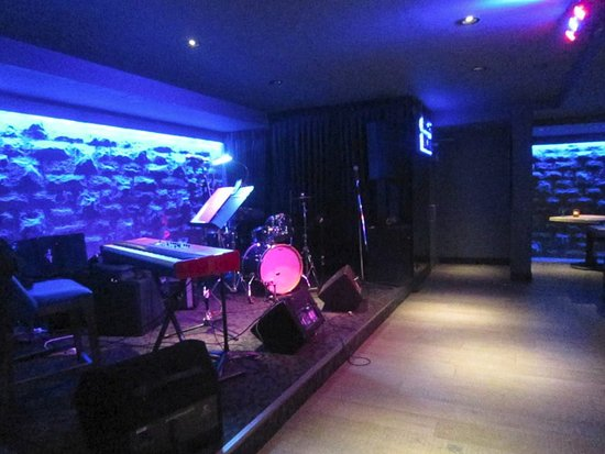 Blue Water Cafe: The stage with a kewl faux rock veneer and blue back lighting