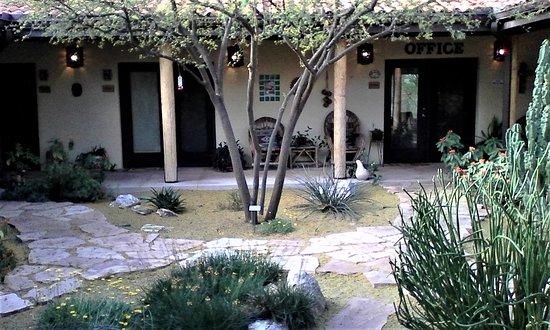 Cat Mountain Lodge: Cat Mtn Lodge courtyard