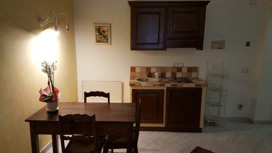 Angolo Cottura Piccolo : Rosa gialla camera quadrupla con un piccolo angolo cottura
