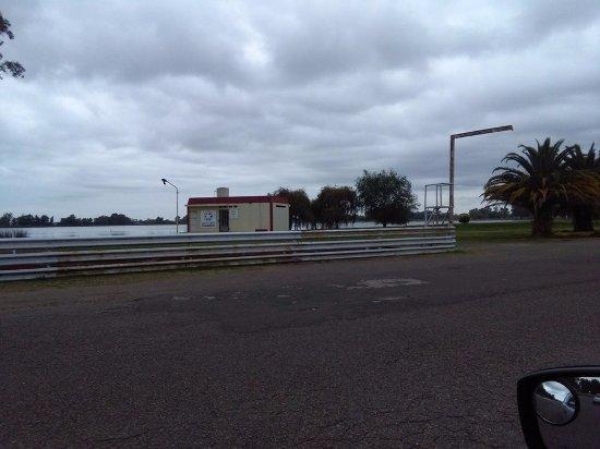 Las Flores, Argentyna: Vista de la laguna desde el circuito de circunvalación de la misma (todo asfaltado).