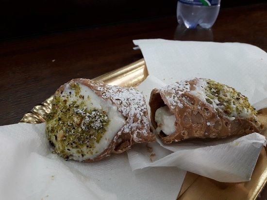 Arte Mediterranea Cafe: cannolo siciliano al pistacchio