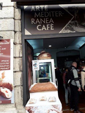 Arte Mediterranea Cafe: Entrata del Bar