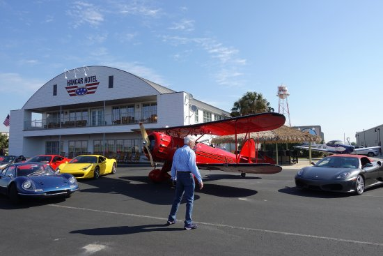 Hangar Hotel: Fast cars and airplanes visit the Hangar Inn
