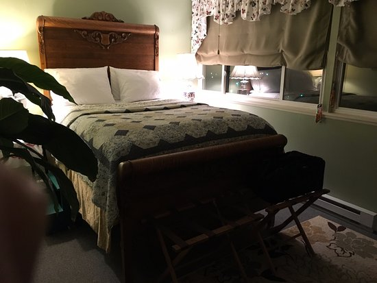 Woodward House on Manor Grade: Nancy's Perch - requires a step-stool to get into bed. Very comfortable.