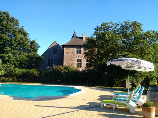 Château de Chanzé : Relax by the heated pool and castle