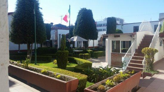 Hotel Posada Santa Bertha: Vista del jardín del hotel saliendo de la habitación