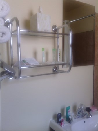 Inca Inn: shampoo, lotion, towels, kleenex
