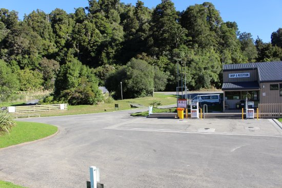 Wairoa, นิวซีแลนด์: Reception/Fuel Station and Shop