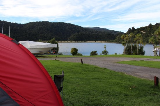 Wairoa, นิวซีแลนด์: View of the lake from our Tent Site, just below is a boat ramp you can swim from