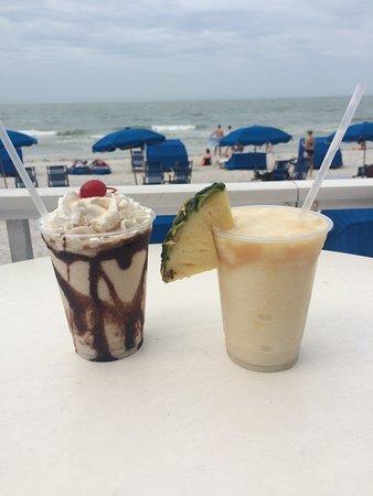 Mangos Restaurant & Tiki Bar: Dirty banana on the left, pina colada on the right