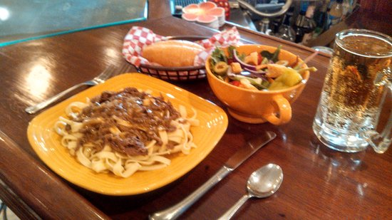Mount Pleasant, PA: Beef Stroganoff and House Salad, sided with House Garlic Bread