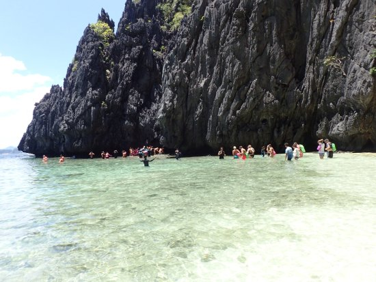 Secret Lagoon Beach : Crowds Waiting to crawl in what you don't see are the 40 people intrying to get out or the 30 bo