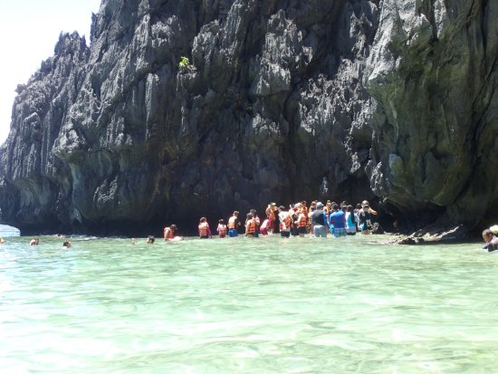 Secret Lagoon Beach : All these people are waiting for folks to crawl out so they can crawl in.