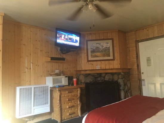 Big Bear Frontier Cabins: Great location, outdated rooms