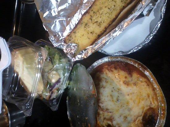 Famulari's Pizzeria Oakbrook: lasagna, salad, cheesecake, and garlic bread..............yum!