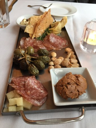 Alloro Wine Bar & Restaurant: Delightful meal, front staff and chef - an amazing but very pleasant surprise of an evening in t
