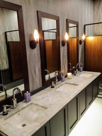 Courtenay, Canada: Restaurant - bathrooms were very high tech and stylish with nice ambiance and candles