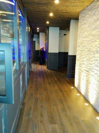 Courtenay, Kanada: Walkway between the 2 restaurants featuring glass wine cabinets
