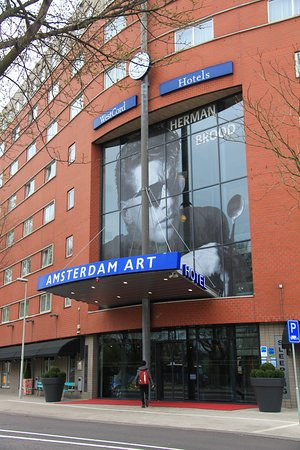 WestCord Art Hotel Amsterdam: Guy from Turin (Italy) at the entrance :)