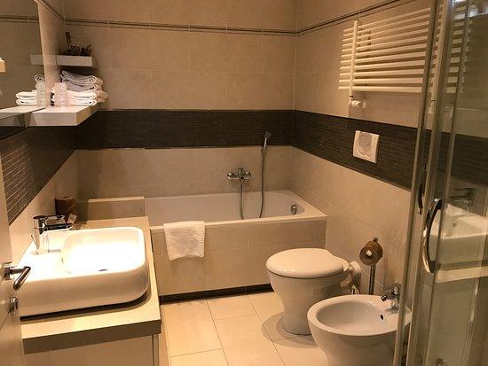 Nella junior suite ci sono sia vasca da bagno che doccia bild