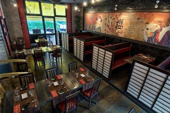 Sakura : Vista dall'alto da destra della sala e dei tavoli in esterno.