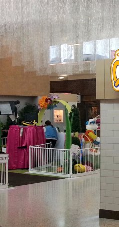 Norridge, IL: Easter Bunny on the center concourse