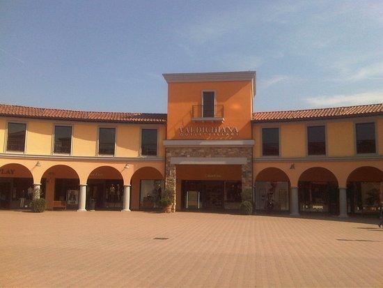 Valdichiana Outlet Village: piazza