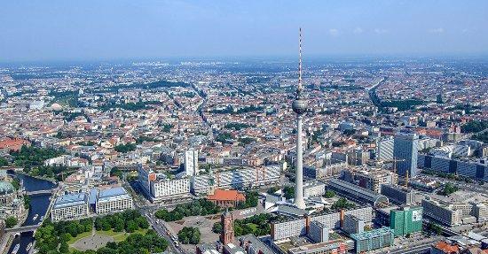 Berlin TV Tower : Genau in der Mitte Berlins - der Berliner Fernsehturm