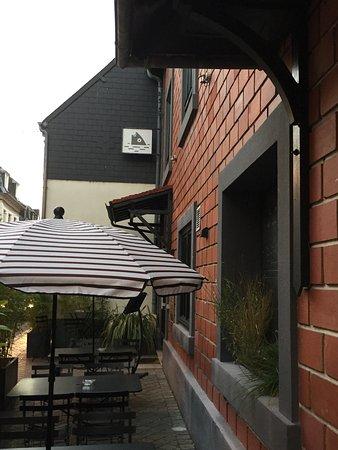 Hotel Les Pilotes : terrasse donnant sur rue commerçante
