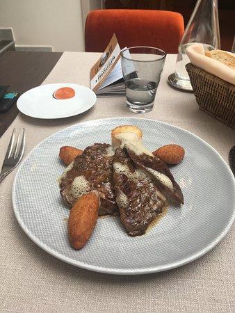 Le Saint-Jacques : Sculpture en sucre du chef! Et plat du jour! Piece de boeuf. Parfait.