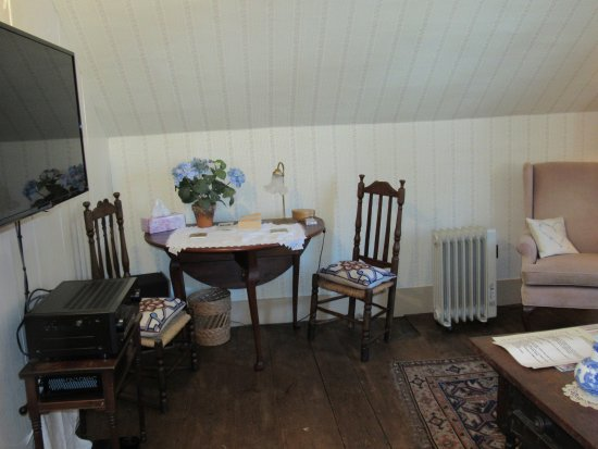 Westford, MA: TAVERN BEDROOM (with it's old-fashioned featherbed, TV,  kettle for making tea/coffee, nibbles)