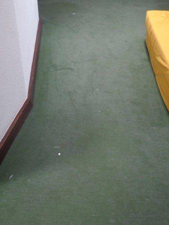 ريزيدينشيال جريكو: moquette sale dans le couloir