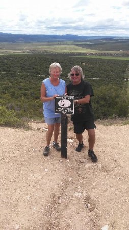 Humansdorp, Sør-Afrika: Bob and Shirley taking a daring photo in Addo National Elephant Park