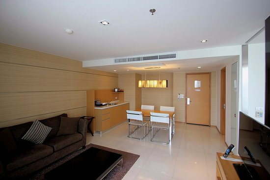 ampio soggiorno con divani e tavolo - Picture of Anantara Sathorn ...