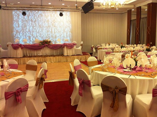 Mariage Salle Virunga Deco Blanche Et Vieux Rose Picture Of Hotel