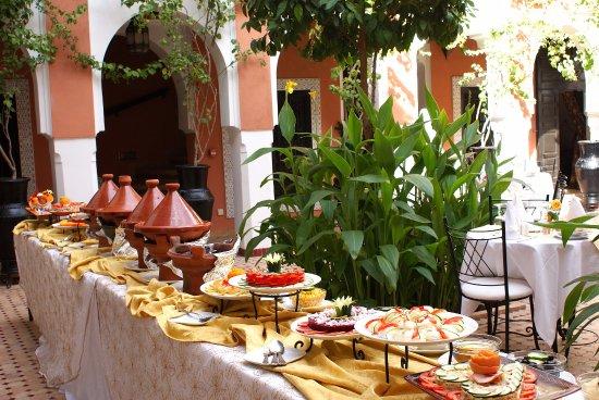 Les Borjs de la Kasbah restaurant : Lunch buffet in the main courtyard