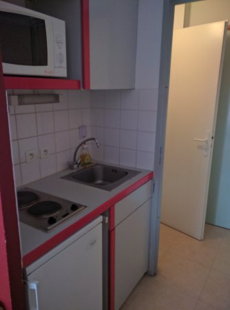 Sejours & Affaires Marie Curie : Small Kitchen