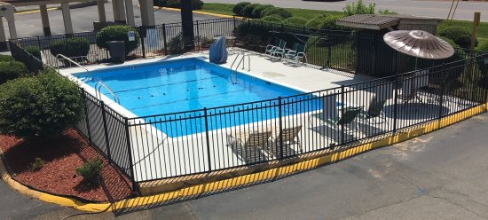 Days Inn Statesville: Seasonal swimming pool
