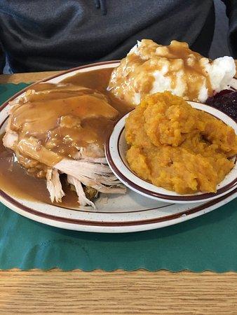 Milton, MA: Waitress was great! Potatoes were REAL, gravy was tasty, turkey a tad dry, fries crispy, steak t