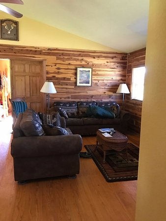 White Buffalo Resort: Living room. So spacious and comfortable (forgot to put the blanket up before picture was taken)