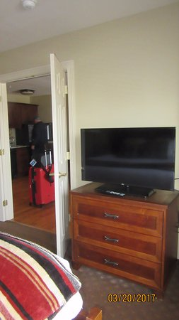 Green Mountain Suites Hotel: TV in bedroom
