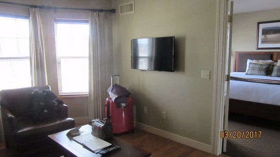 Green Mountain Suites Hotel: TV in sitting area.